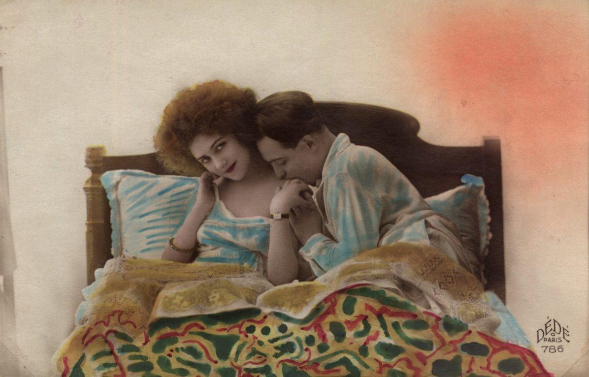 Para w łóżku Pocztówka 1920-1940 Polona