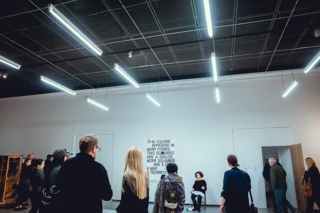 Agnieszka Ayşen Kaim opowiada i szydełkuje podczas wystawy w Centrum Sztuki Współczesnej w Warszawie, 2019 rok. Zdjęcie:  PAT MIC