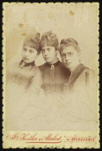 Trzy kobiety. Po 1885 r., fot. z Zakład Fotograficzny Kostka i Mulert (Warszawa) (źródło: polona.pl)