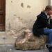 Kamień Dantego we Florencji. Dziewczyna siedzi na kamieniu